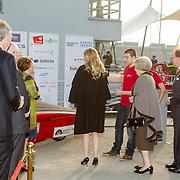 NLD/Enschede/20150318 - Prinses Beatrix en Prinses Mabel aanwezig bij uitreiking Prins Friso ingenieursprijs , Prinses Beatrix en Prinses Mabel begroeten een aantal studenten