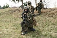 """03 APR 2012, LEHNIN/GERMANY:<br /> Kampfschwimmer der Bundeswehr trainieren """"an Land"""" infanteristische Kampf, hier Haeuserkampf- und Geiselbefreiungsszenarien auf einem Truppenuebungsplatz<br /> IMAGE: 20120403-01-157<br /> KEYWORDS: Marine, Bundesmarine, Soldat, Soldaten, Armee, Streitkraefte, Spezialkraefte, Spezialkräfte, Kommandoeinsatz, Übung, Uebung, Training, Spezialisierten Einsatzkraeften Marine, Waffentaucher"""