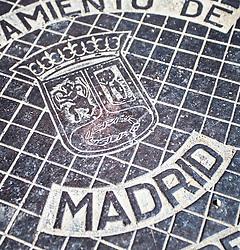 THEMENBILD - das Stadtwappen auf einem Kanaldeckel. Die Stadt Madrid ist eine der größten Metropolen in Europa. Sie liegt im Zentrum der iberischen Halbinsel und ist Hauptstadt von Spanien. Aufgenommen am 25.03.2016 in Madrid ist Spanien // Madrid is on of the biggest metropolis in Europe. It is located in the center of the Iberian Peninsula and is the capital of Spain. Spain on 2016/03/25. EXPA Pictures © 2016, PhotoCredit: EXPA/ Jakob Gruber