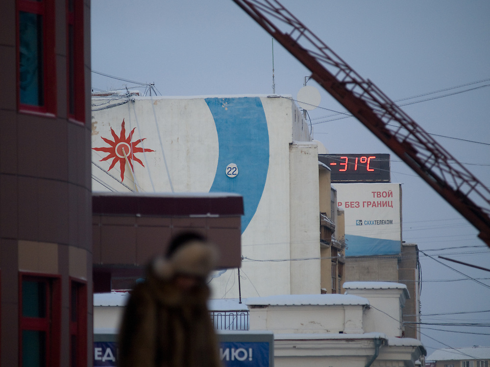 Thermometer Anzeige von -31 Grad Celsius in Jakutsk. Die Temperaturen sind derzeit noch recht mild und es kann bis zu -50 Grad Celsius in Jakutsk werden.<br /> <br /> Thermometer in Yakutsk showing -31 Degrees Celsius. Yakutsk is a city in the Russian Far East, located about 4 degrees (450 km) below the Arctic Circle. It is the capital of the Sakha (Yakutia) Republic (formerly the Yakut Autonomous Soviet Socialist Republic), Russia and a major port on the Lena River. Yakutsk is one of the coldest cities on earth, with winter temperatures averaging -40.9 degrees Celsius.