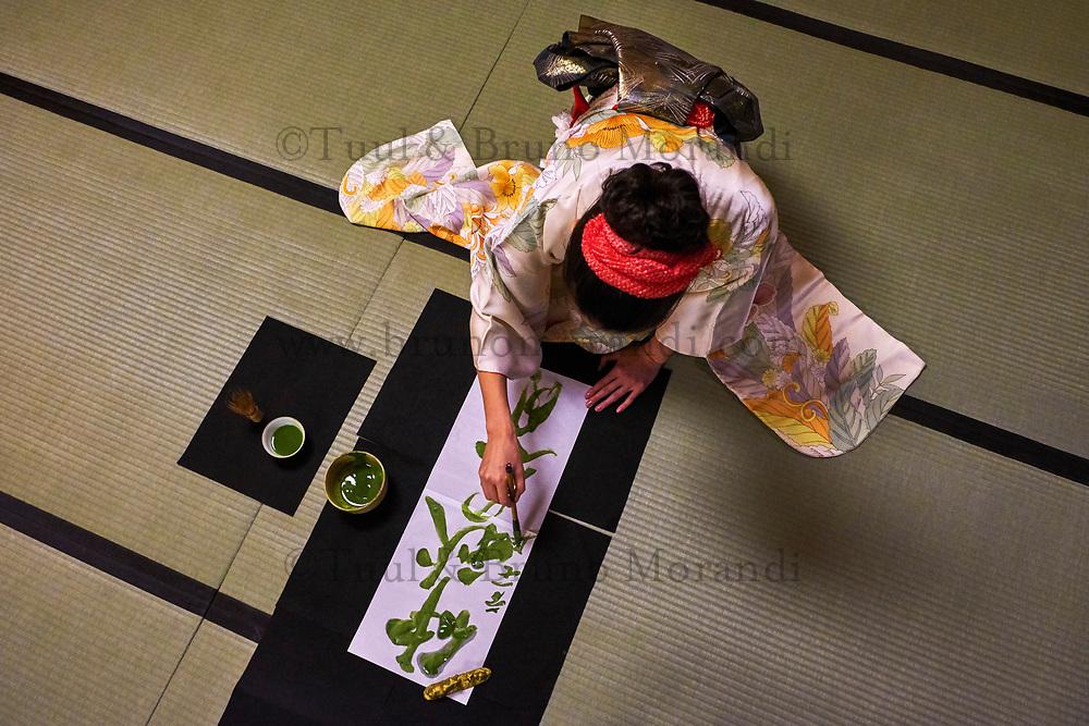 Japon, île de Honshu, région de Shizuoka, Shizuoka, calligraphie japonaise avec du thé vert Matcha par l'artiste Shoran // Japan, Honshu, Shizuoka region, Shizuoka, Matcha green tea calligraphy by the artist Shoran
