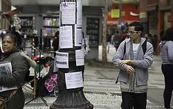 August 22, 2017 - Pessoas procuram emprego na região central de São Paulo na manhã desta terça-feira (22). Apesar da falta de vagas, ofertas são vistas em várias partes da cidade. (Credit Image: © Bruno Rocha/Fotoarena via ZUMA Press)
