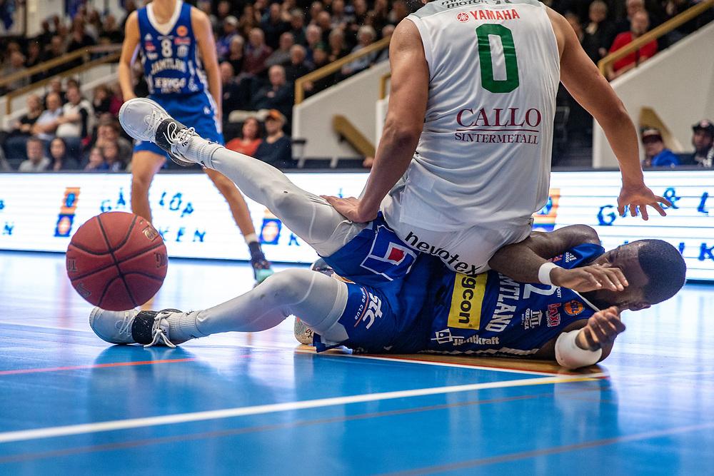 ÖSTERSUND 20210924<br /> Jämtlands CJ Wilson under Nässjös Craig Lecesne under fredagens match i Basketligan mellan Jämtland Basket och Nässjö Basket i Östersunds Sporthall<br /> <br /> Foto: Per Danielsson/Projekt.P