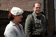 """Op de set van IN HET VUUR VAN DE STORM, de zesdelige miniserie met ieder een speellengte van 50 minuten. Sinds 2001 is 70% van deze productie voltooid en dit jaar zullen de laatste opnamen plaatsvinden. Het verhaal volgt de onmogelijke relatie tussen een Volksduitse jongen en een Joods meisje in het begin van WO-II. De serie is geschreven en geregisseerd door Raymond van Rijn. De productie is in handen van Virogo Film Productions onder leiding van Raymond van Rijn en Raymond van der Bas.<br />  <br /> Setbezoek<br /> Op zondag 17 juni zijn filmopnamen gemaakt op het authentieke treinstation BEEKBERGEN.Dan wordt de terugkomst van hoofdrolspeler Hans Hallerbach gefilmd met een Oostenrijkse stoomlocomotief (52 3879) en drie rijtuigen (authentieke blokkendozen). Bovendien zal voor r een origineel geallieerd vliegtuig de Mustang P51 Damn Yankee"""" van Tom van der Meulen, boven de locatie op spectaculaire wijze zijn manoeuvres uitvoeren. <br />  Op de foto  hoofdrolspeler Joris van den Burg"""