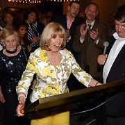 Radio 2 Gala vh Nederlandse Lied 2005, Willeke Alberti krijgt kado van Radio 2 DJ Ron Stoeltie