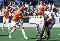 AMSTELVEEN  - Hockey -  1e wedstrijd halve finale Play Offs dames.  Amsterdam-Bloemendaal (5-5), Bl'daal wint na shoot outs.  Jamie Dwyer (Bldaal) met Teun Rohof (A'dam)   COPYRIGHT KOEN SUYK