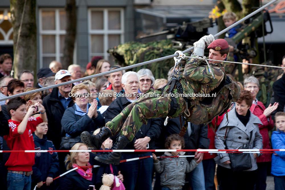den bosch, veteranendag  bij de welsch monument,op de parade,in het theater aan de parade waar een ode aan vliegenier henri bakker was en de parachutisten bij het  verzetsmonument op de hekellaan.
