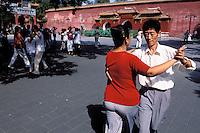 China. Beijing. Danse class at Beihai park. // Chine. Pekin. Leçon de danse dans le park Beihai.