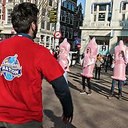 Amsterdam, 13-02-2013. Tijdens de International Condom Day op woensdag 13 februari vraagt AIDS Healthcare Foundation wereldwijd aandacht voor de risico's die onveilige seks met zich meebrengt. Op het Leidseplein in Amsterdam komen dansers in actie en benadrukken zij de beschermende werking van condoomgebruik tegen HIV en andere SOA's. Ook deelt AHF duizenden condooms uit aan passanten.