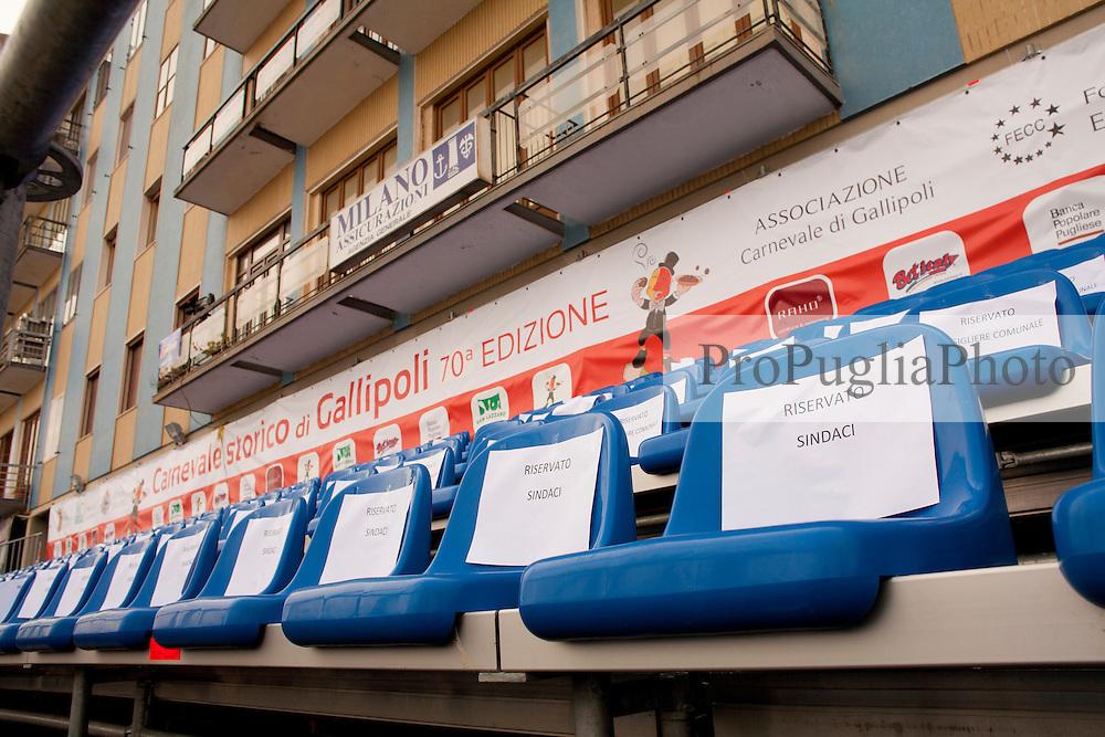 Gallipoli (LE), sfilata di carnevale 2011. Sedie delle tribune riservate ai sindaci dei communi limitrofi...Chairs of the stands reserved for the mayors of neighboring municipalities.