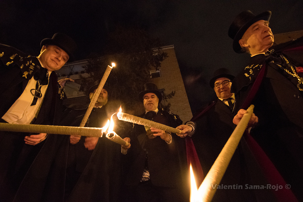 Madrid, Spain. 14th February, 2018. Members of the brotherhood 'La alegre cofradia del entierro de la sardina' lighting torches during the parade of the Burial of the Sardine. © Valentin Sama-Rojo