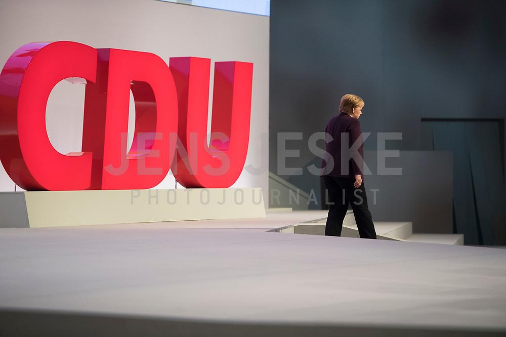DEU, Deutschland, Germany, Leipzig, 22.11.2019: Bundeskanzlerin Dr. Angela Merkel (CDU) beim Abgang von der Bühne auf dem Bundesparteitag der CDU in der Messe  Leipzig.