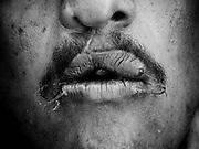 """Se hacen llamar a si mismos """"Los Anegados"""", son prisioneros que cosen su boca para pedir traslado a una prisión diferente ya que su vida está en peligro en su actual centro penitenciario. Cosen su boca como parte de una huelga de hambre.<br /> <br /> El acto desesperado también es llevado a cabo como un medio de protección en contra de las bandas rivales que luchan por el control de los bloques penitenciarios y un efectivo tráfico de drogas dentro de la prisión. <br /> <br /> Si un prisionero se ha cocido la boca, el no podrá ser ejecutado por un enemigo, de acuerdo a una no escrita pero altamente respetada ley de ética que es comúnmente aceptada entre los presos venezolanos."""