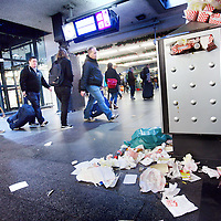 Nederland, Amsterdam , 5 januari 2012..De vuilnis op Centraal Station wordt niet opgehaald..Schoonmaakbedrijven demonstreren vandaag voor betere loonsomstandigheden...Foto:Jean-Pierre Jans