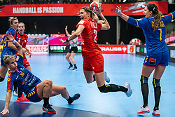 (L-R) Cristina Laslo of Romania, Aleksandra Rosiak of Poland, Eliza Iulia Buceschi of Romania in action during the Women's EHF Euro 2020 match between Poland and Romania at Sydbank Arena on december 05, 2020 in Kolding, Denmark (Photo by RHF Agency/Ronald Hoogendoorn)