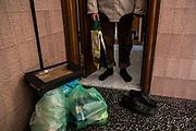 Antonio se prepara para ir a comprar y tirar la basura.