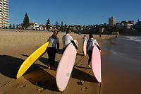 Three young women are going surfing very early morning, Manly beach, Sydney, Australia. 1997 //<br /> Trois jeunes femmes partent surfer très tôt le matin, Plage de Manly, Sydney, Australie. 1997//<br /> Drei junge Frauen gehen sehr früh am Morgen surfen, Manly Beach, Sydney, Australien. 1997