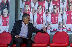05-10-2016 NED: Ajax clinic met BvdGF/Bosman, Amsterdam<br /> BvdGF en Bosman gaven aan 25 kinderen met diabetes een voetbalclinic van Ajax op sportpark de Toekomst / Sjaak Swart, maakte deel uit van het gouden Ajax-elftal van begin jaren zeventig van de twintigste eeuw, dat in 1971, 1972 en 1973 de Europacup I wist te winnen. Zijn bijnaam is Mister Ajax. Geboren: 3 juli 1938 (78 jaar), Amsterdam