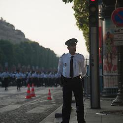 Policier gardant l'avenue des Champs Elysées à l'occasion des célébrations de la fête nationale.<br /> 14 juillet 2013, Paris (75)