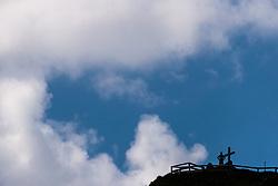 Tourist am Aussichtspunkt Höhenburg mit seinem Gipfelkreuz am Mooserboden Stausee, aufgenommen am 15. Juni 2017, Kaprun, Österreich // a Tourist at the Höhenburg viewpoint with summit cross at the Mooserboden reservoir on 2017/06/15, Kaprun, Austria. EXPA Pictures © 2017, PhotoCredit: EXPA/ JFK