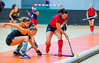 AMSTERDAM - Julia Muller (Laren) met Marle Brenkman (Gro) .    Zaalhockey hoofdklasse, Laren D1-Groningen D1 (2-2). COPYRIGHT KOEN SUYK