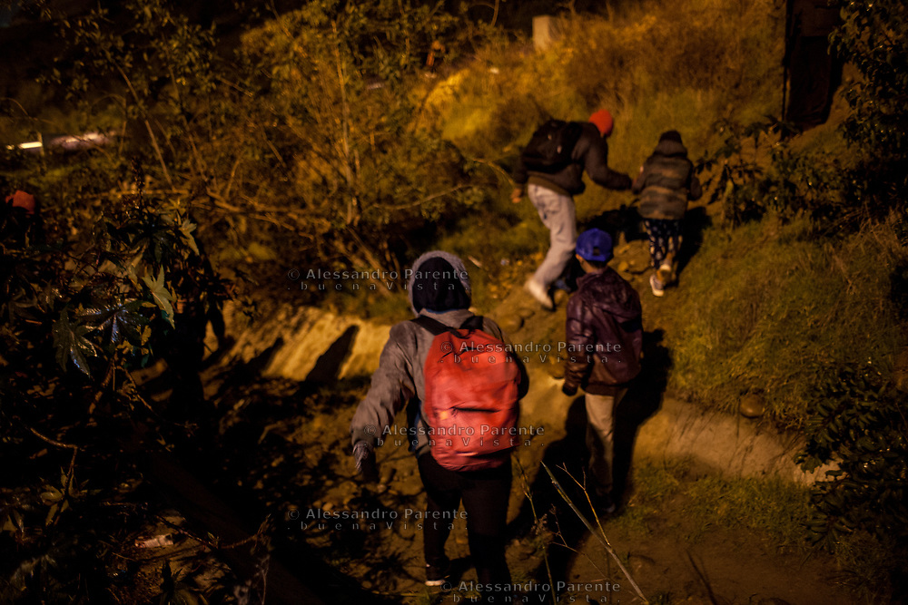 Families of migrants from Honduras get close to the border hiding themselves before try to climb it and ask for asylum to the Border Patrol.