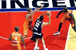 26-08-2005 BASKETBAL: NEDERLAND-BELGIE: GRONINGEN<br /> Nederland kan zich gaan opmaken voor een extra toernooi in Belgrado, waar de laatste strohalm moet worden gepakt ter handhaving in de A-groep. Dat is het gevolg van de 51-62 nederlaag / Sebastien Bellin  tussen Djoenie Steenvoorde, Tom Timmermans en Fransisco Elson<br /> ©2005-www.fotohoogendoorn.nl