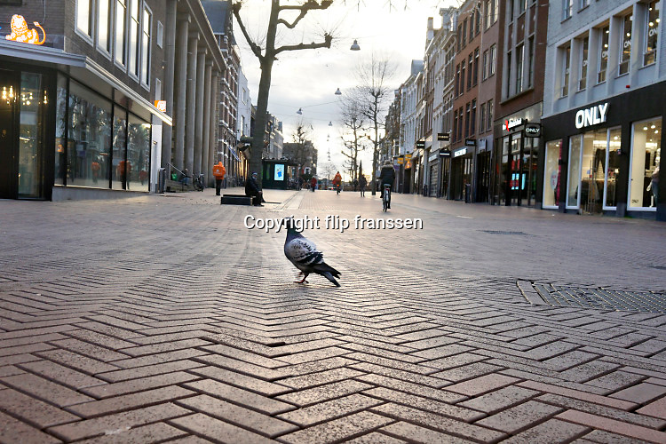 Nederland, Nijmegen, 17-12-2020  Lockdown in Nederland. De niet essentiele winkels zijn dicht. Kerstversiering hangt in de straten.Het is stil en leeg in de stad.Foto: ANP/ Hollandse Hoogte/ Flip Franssen