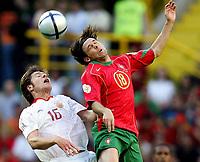 Fotball<br /> Euro 2004<br /> Lisboa - Portugal<br /> 20. juni 2004<br /> Foto: Gepa/Digitalsport<br /> NORWAY ONLY<br /> Spania v Portugal<br /> Xabi Alonso (ESP), Maniche (POR)