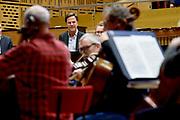 Premier Mark Rutte (R) en burgemeester Pieter Broertjes (M) tijdens een bezoek aan het rijksmonumentale studiocomplex Muziekcentrum van de Omroep (MCO).