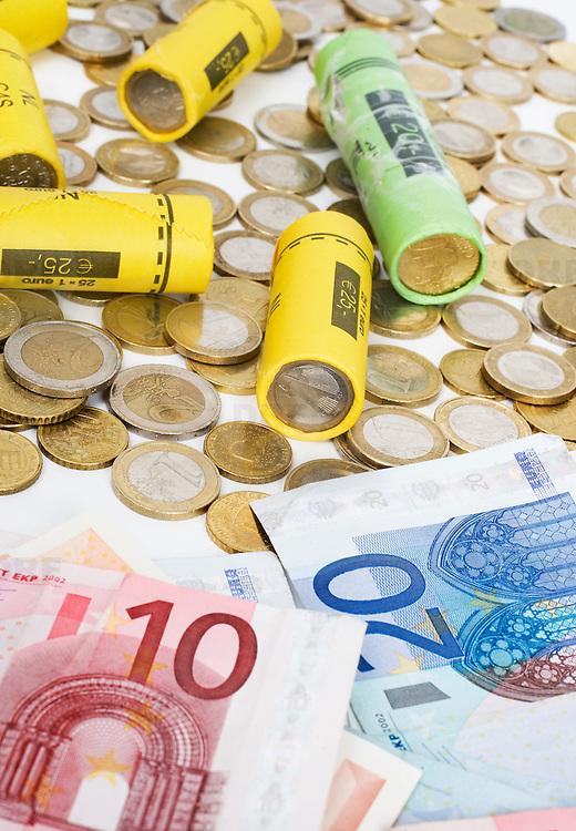 Nederland Barendrecht 29 maart 2009 20090329 Foto: David Rozing ..Euro munten, bankbiljetten, valuta, betaalmiddel, kosten,papiergeld,biljet,biljetten,bankbiljet,bankbiljetten,eurobiljet,eurobiljetten, betaalmiddelen,recessie, kredietcrisis, economie, euromunten, munt, munten, kleingeld.money , euro coints symbolisch, symbolische. stockbeeld, stockfoto, stock, studio opname, illustratie.Foto: David Rozing