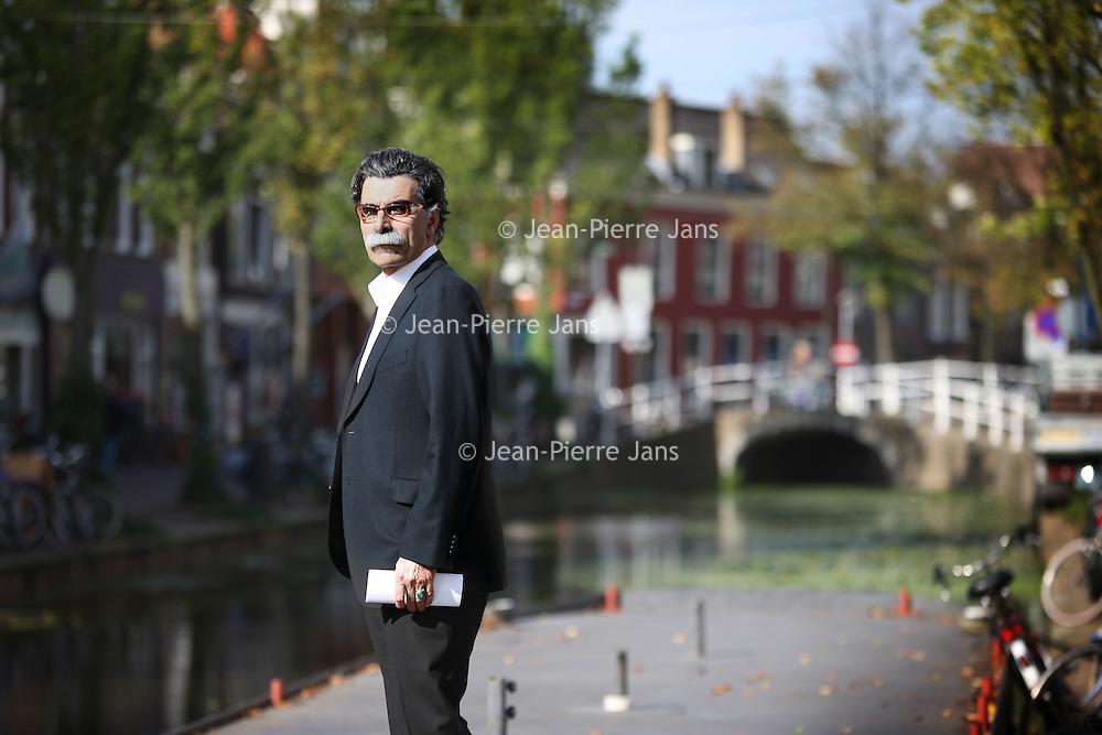 Nederland, Delft , 29 september 2010..Schrijver Kader Abdolah tijdens een wandeling door het centrum van Delft en de Bieslandse Bossen. ..Writer and Koran translator Kader Abdolah during a stroll through the historic center of Delft, the Netherlands.
