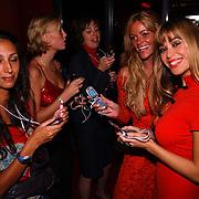 Presentatie telefoon Samsung, Beertje van Beers en Inge de Bruin met nieuwe telefoons