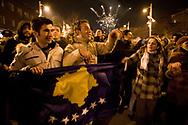 17022008. Prishtina. Jour de l'indépendance. Joie dans les rues. Le drapeau bleu avec les étoiles jaunes a été choisi comme drapeau du Kosovo.