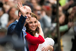 © Licensed to London News Pictures. 23/04/2018. London, UK. PRINCE WILLIAM, THE DUCHESS OF CAMBRIDGE leave St Mary's Hospital with their new baby boy. Photo credit: Ben Cawthra/LNP