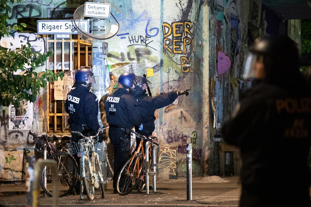 In der Nacht von Freitag auf Samstag kommt es m sogenannten Dorfplatz, der Kreuzung Liebigstrasse / Rigaer Strasse nach Steinwürfen zu einem Polizeieinsatz. An der Kreuzung befindet sich das räumungsbedrohte anarcha-queer-feministische Hausprojekt Liebig34, in dem daraufhin am nächsten Morgen eine Durchsuchung stattfindet.    <br /> <br /> [© Christian Mang - Veroeffentlichung nur gg. Honorar (zzgl. MwSt.), Urhebervermerk und Beleg. Nur für redaktionelle Nutzung - Publication only with licence fee payment, copyright notice and voucher copy. For editorial use only - No model release. No property release. Kontakt: mail@christianmang.com.]
