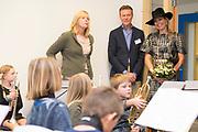 Koningin Máxima opent Brede School Joure Zuid. De School is een samenwerking tussen twee basisscholen, een kinderopvangorganisatie, een welzijnsorganisatie en een centrum voor de kunsten.<br /> <br /> Queen Máxima opens Brede School Joure South. The School is a collaboration between two primary schools, a childcare organization, a welfare and a center for the arts.<br /> <br /> Op de foto / On the photo:  Koningin Máxima krijgt een rondleiding door de school / Queen Máxima gets a tour of the school