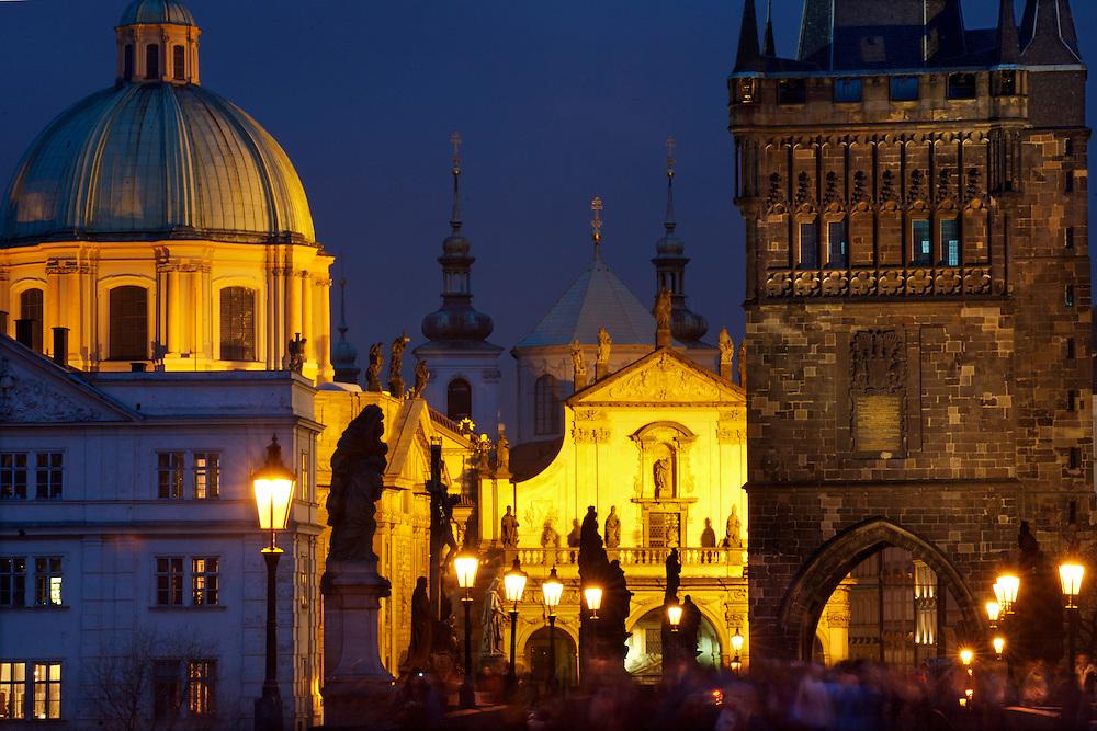30/Enero/2008 República Checa. Praga.Imagen del Puente de Carlos. A la izquierda iglesia de San Francisco, en el centro iglesia del Salvador..©JOAN COSTA