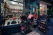 Londyn 2009-10-24. Sklep z obuwiem, londyńska ulica w okolicy Covent Garden