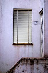finestra chiusa con affaccio su scala interna a cortile, Alessano 21 03 2010