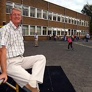Directeur Nassauschool Hilversum Evert timmers op het schoolplein