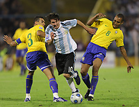 Fotball<br /> Foto: Piko Press/Digitalsport<br /> NORWAY ONLY<br /> <br /> ARGENTINA Vs BRASIL in the South American Soccer derby for the FIFA World Cup S.Africa 2010 Qualification round.<br /> <br /> Argentine LIONEL MESSI between Brazilian LUCIO and GILBERTO SILVA<br /> <br /> Rosario - Argentina Septiembre 05, 2009