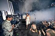Nederland, Nijmegen, 1-10-2014De nieuwe poptempel van Nijmegen wordt vandaag officieel in gebruik genomen. Burgemeester Hubert Bruls houdt een praatje, en tweede generatie Doornroosje verhuist symbolisch in een fles de geest van de oude locatie naar de nieuwe (foto).Met optredens van o.a. De Staat en Going back to the zoo. Doornroosje begon in 1970 als alternatief jongerencentrum en groeide uit tot een van de meest toonaangevende podia van Nederland voor popmuziek en vernieuwende moderne muziek. Het nieuwe complex is bekostigd doordat erboven door de SSHN studentenflats en studentenkamers gebouwd zijn.FOTO: FLIP FRANSSEN/ HOLLANDSE HOOGTE