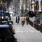NLD/Amsterdam/20061220 - Cabaratier Youp van 't Hekwandelend over de Prinsengracht Amsterdam