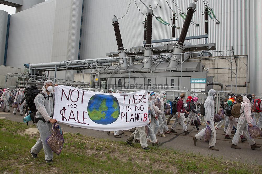 "Welzow, Brandenburg, Germany - 14.05.2016<br /> <br /> More than 1000 climate protection activist block the coal delivery tracks of the Vattenfall Coal power plant ""Schwarze Pumpe"" near Welzow on the 2nd protest day of the anti-coal ""Ende Gelaende""-Camp. From rail blockades starting, stormed hundreds of protesters during the day the power plant site. About 100 people were arrested.<br /> <br /> Mehr als 1000 Klimaschutz-Demonstranten blockierten, am zweiten Protesttag des Anti-Kohleprotest-Camps ""Ende Gelaende"" die Schienen zum Vattenfall Kohlekraftwerk ""Schwarze Pumpe. Aus den Blockaden heraus stuermten viele hundert Demonstranten das Kraftwerksgelaende, die Polizei nahm etwa 100 Demonstranten fest.<br /> <br /> Photo: Bjoern Kietzmann"