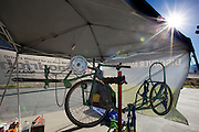 Voor het Super 8 Motel in Battle Mountain werken teams aan de fietsen. In Battle Mountain (Nevada) wordt ieder jaar de World Human Powered Speed Challenge gehouden. Tijdens deze wedstrijd wordt geprobeerd zo hard mogelijk te fietsen op pure menskracht. Ze halen snelheden tot 133 km/h. De deelnemers bestaan zowel uit teams van universiteiten als uit hobbyisten. Met de gestroomlijnde fietsen willen ze laten zien wat mogelijk is met menskracht. De speciale ligfietsen kunnen gezien worden als de Formule 1 van het fietsen. De kennis die wordt opgedaan wordt ook gebruikt om duurzaam vervoer verder te ontwikkelen.<br /> <br /> In Battle Mountain (Nevada) each year the World Human Powered Speed Challenge is held. During this race they try to ride on pure manpower as hard as possible. Speeds up to 133 km/h are reached. The participants consist of both teams from universities and from hobbyists. With the sleek bikes they want to show what is possible with human power. The special recumbent bicycles can be seen as the Formula 1 of the bicycle. The knowledge gained is also used to develop sustainable transport.