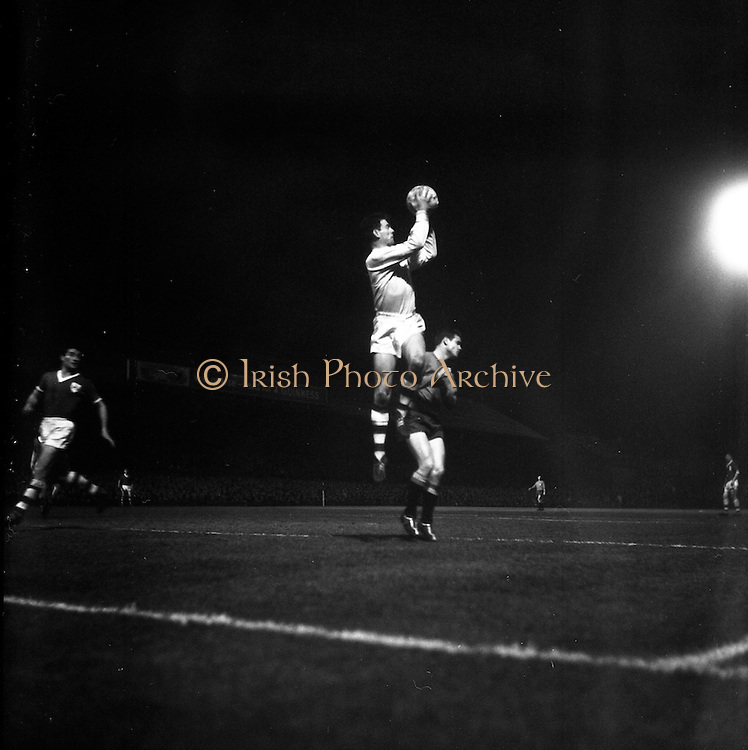 08/04/1964<br /> 04/08/1964<br /> 08 April 1964<br /> European Nations Cup second leg: Ireland v Spain at Dalymount park, Dublin. Spain beat Ireland 2-0 in the second leg of the European Nations Cup.  Irish keeper Kelly safely gathers a high ball with Lapetra, Spanish forward also in the picture.