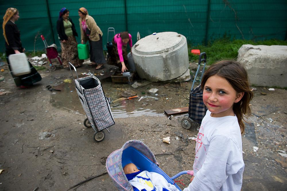 archief/illustatie<br /> <br /> Vrouwen halen water bij Romakamp in Stains, Groot Parijs, 7 april 2010.<br /> <br /> Bidonville à Stains, 8.5 km de Paris, le puits d'eau est situé à 500 mètres du bidonville, 07 avril 2010