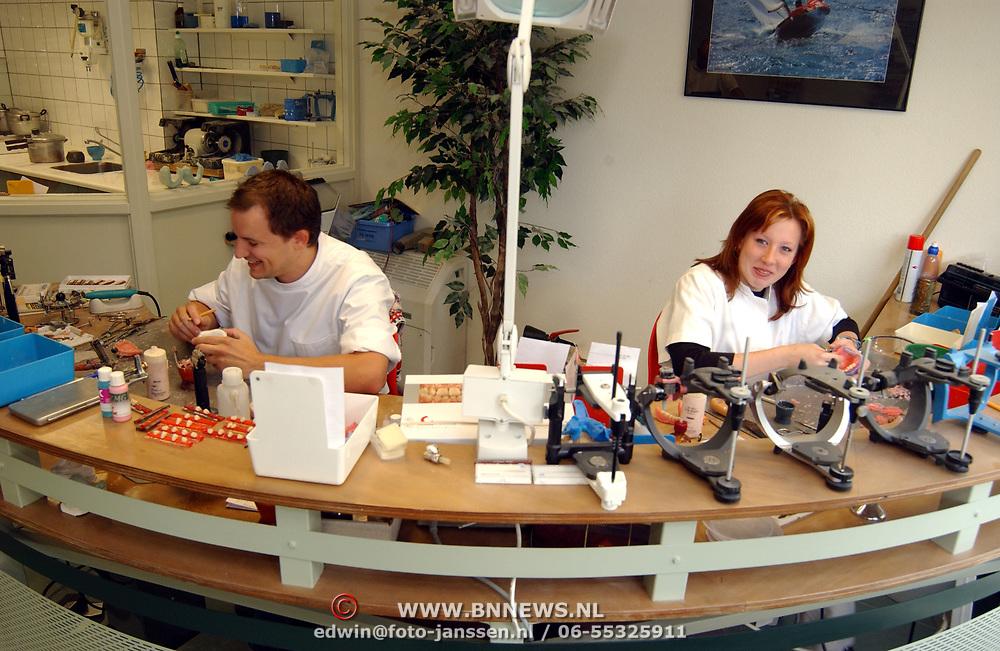 Waars tandtechniek Herenstraat 15 Bussum, nieuwe medewerkers<br /> gebit, prothese, onderhoud, tanden