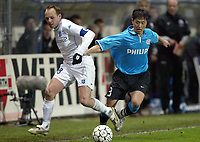 Fotball<br /> UEFA-cup<br /> Auxerre v PSV Eindhoven<br /> 11. mars 2004<br /> Foto: Digitalsport<br /> Norway Only<br /> <br /> YANN LACHUER (AUX) / YOUNG PYO LEE (PSV) <br />  *** Local Caption *** 40001078